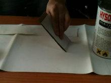 przygotowanie plandeki do kelejenia, nakładanie kleju na baner